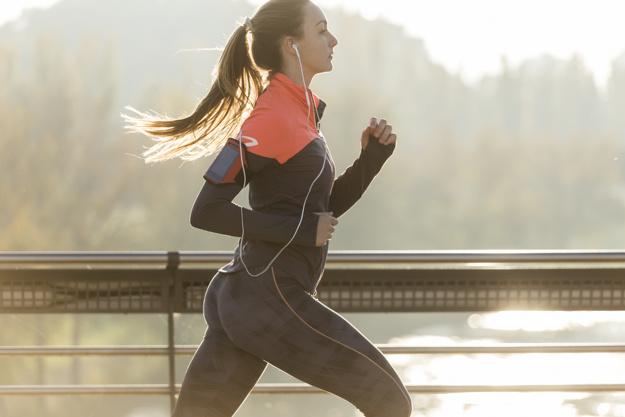 mujer-saludable-corriendo-con-fondo-borroso_23-2147600427